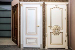 Классические двери в разных вариантах оформления