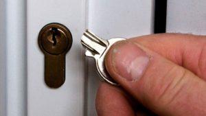 ключ сломался в замочной скважине
