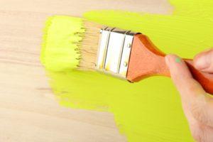 красить древесину