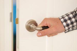 открывать дверь без ключа