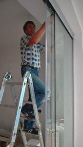 Установка стеклянной межкомнатной двери