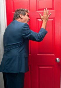 человек перед закрытой дверью