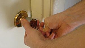 Как открыть дверь без ключа самому
