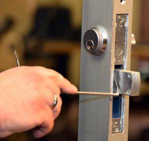Как открыть дверь без ключа самому если замок в двериригельного или реечного типа