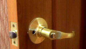 Как открыть самому дверь без ключа межкомнатной двери