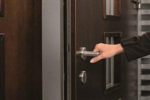 как сохранить целостность запорного механизма дверей