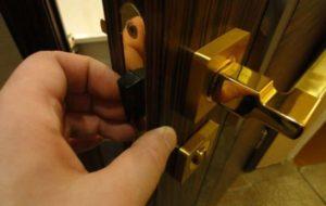 Как установить готовую щеколду на дверь