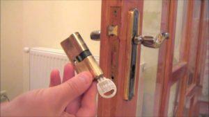 Как выбрать и заменить личинку в дверном замке