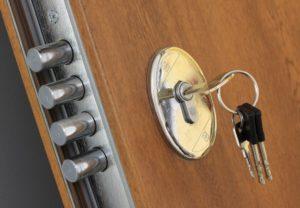 Какие замки лучше поставить на металлическую дверь