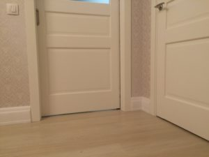 Один цвет для ламината в интерьере дверей м плинтусов