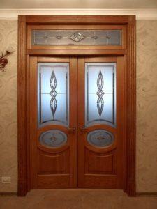 Окно над дверью