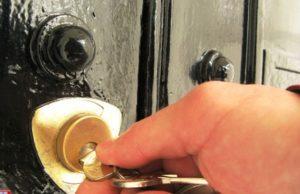 Прокручивается ключ в замке