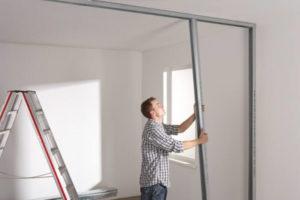 Процесс изготовления гипсокартоной перегородки с дверью