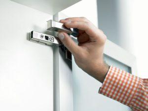 Регулируем петли кухонного дверного шкафа по высоте