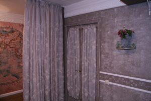 Украшаем старую дверь тканью