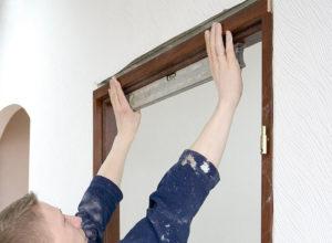 установить дверную коробку в проем