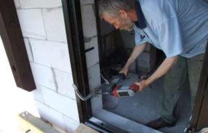 Использование металлической рамы при креплении дверной коробки к газобетону