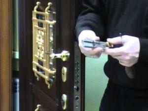 Замена личинки замка входной металлической двери